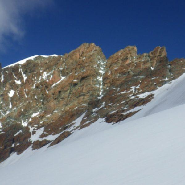 3つの岩峰を超えて白い山峰4159mへ抜ける