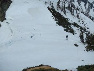 遠見尾根の雪庇はクラックが入り慎重に下る。