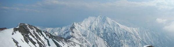 唐松岳から明日目指す五竜岳の稜線 白岳までは夏道が見えるが五竜岳は真っ白