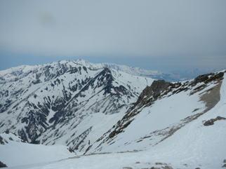 五竜岳から見る午前中歩いた唐松岳から五竜岳の 稜線を振り返ると達成感がこみあげる。