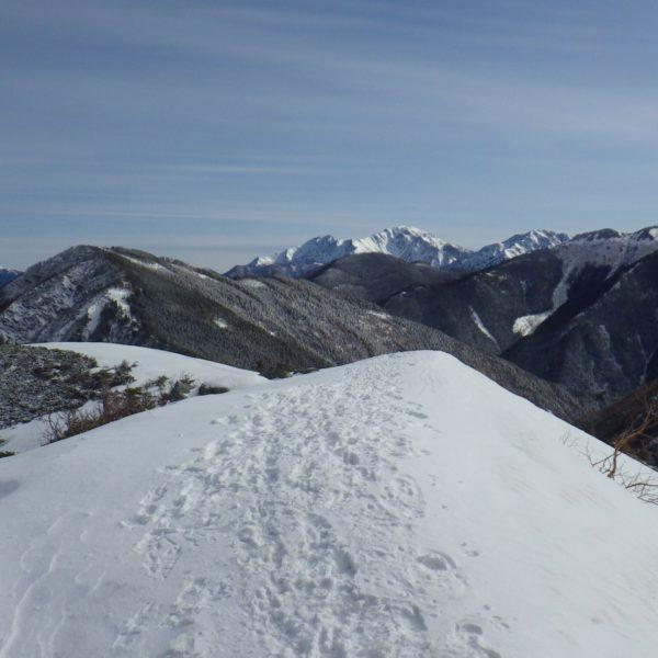 3. 白根三山を正面に見ながら稜線を歩きます。