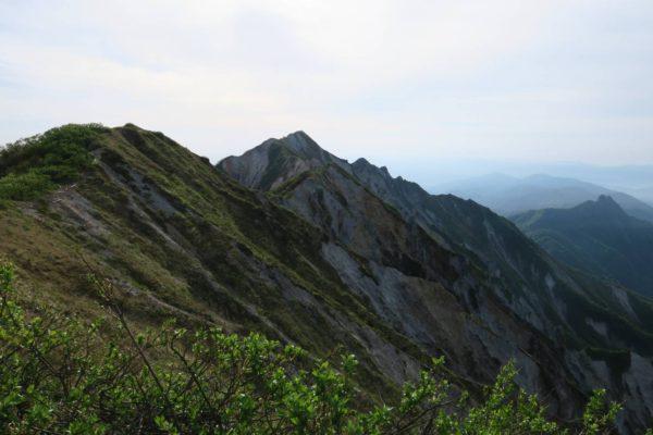 左が大山の三角点のある弥山、中央は剣ヶ峰
