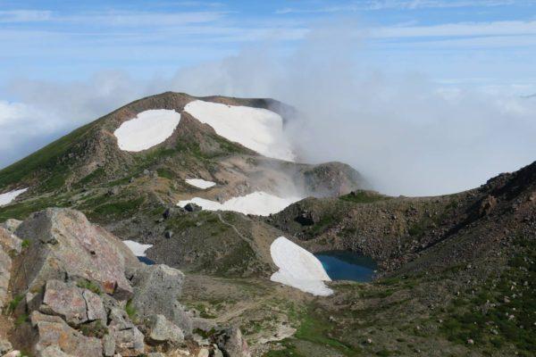大汝峰と紺屋ヶ池。御前峰から眺めた景色