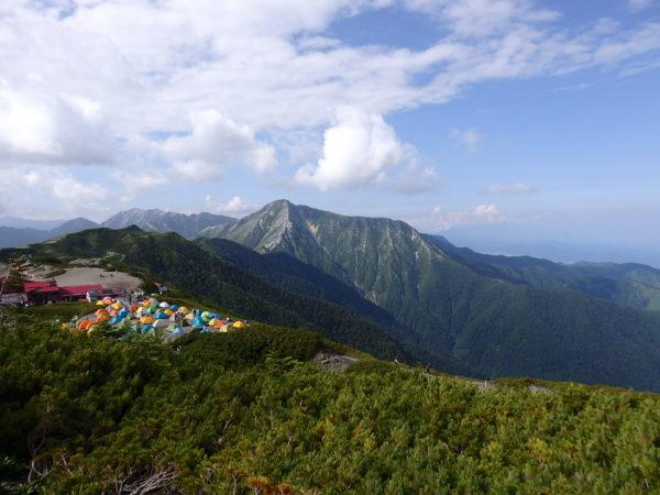 蝶ヶ岳の山頂より常念岳。こちらの眺めも素晴らしい