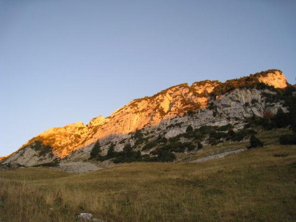 02_朝日に染まるFahnligipfelなどの岩山群