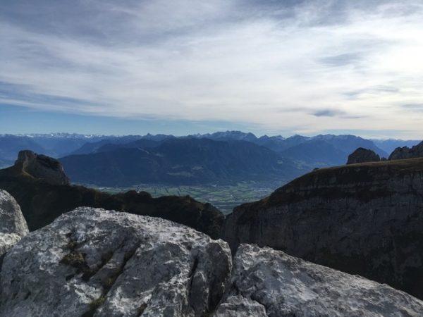 08_頂上からの眺め、山の向こうはオーストリア