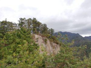 左の岩山が鬼ヶ牙の本峰です。(南峰より)