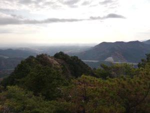 鬼ヶ牙の南峰からの眺め。今回は行きませんでしたが、手前の山が鬼ヶ牙の東峰です。