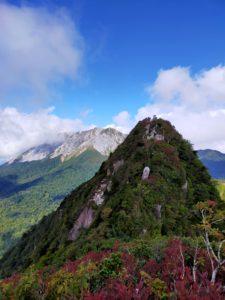 南峰から。手前に烏ヶ山、奥に大山